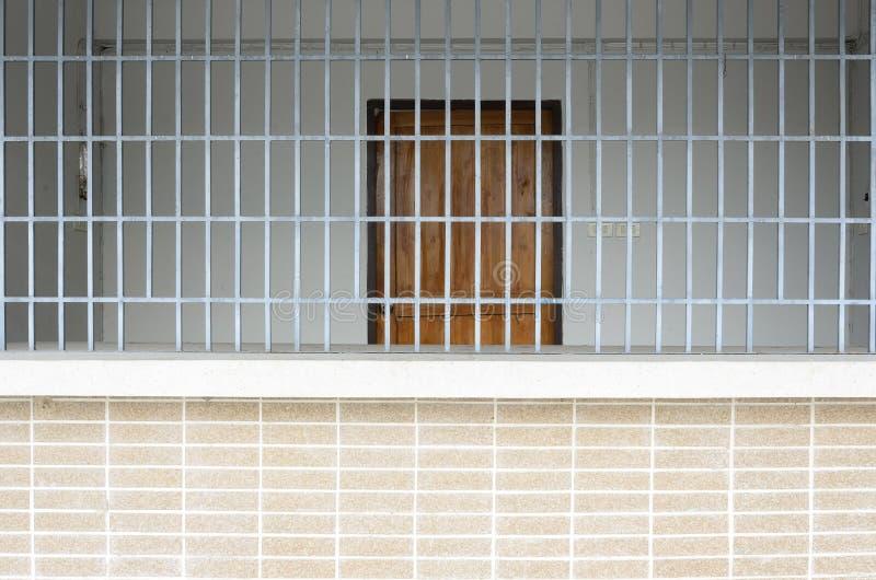 Старая тюрьма Grunge увиденная через бары тюрьмы стоковые изображения