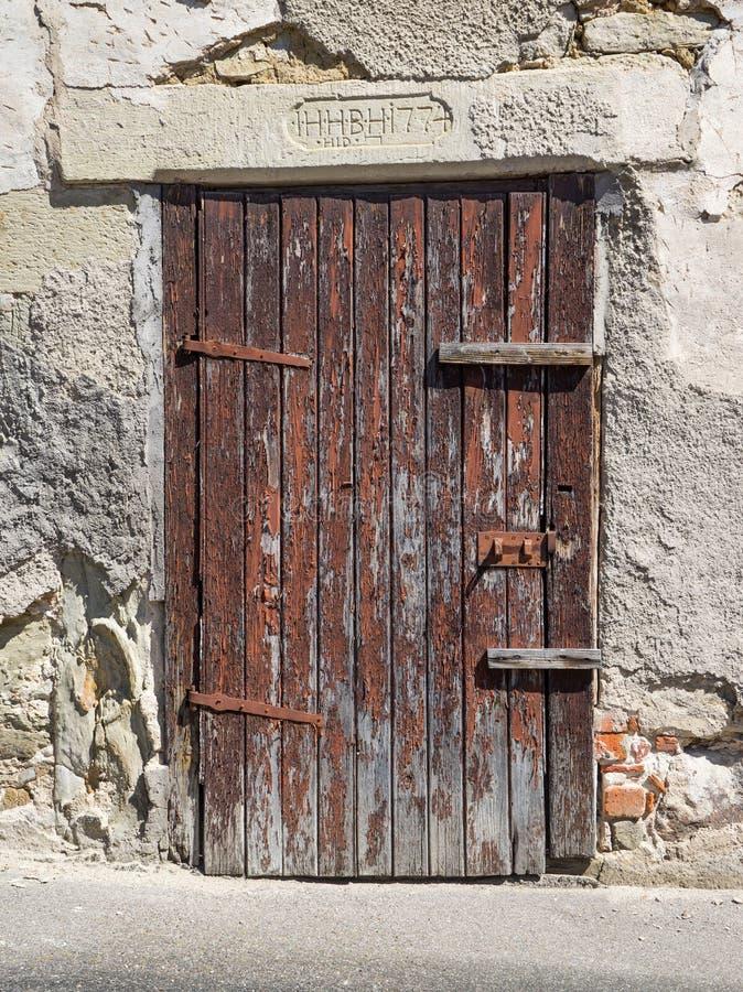 Старая, тяжело выдержанная, коричневая деревянная дверь стоковая фотография rf