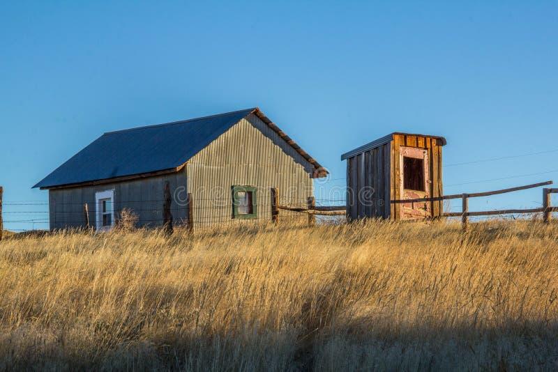 Старая уборная во дворе и workshed на ранчо Вайоминга стоковые фотографии rf