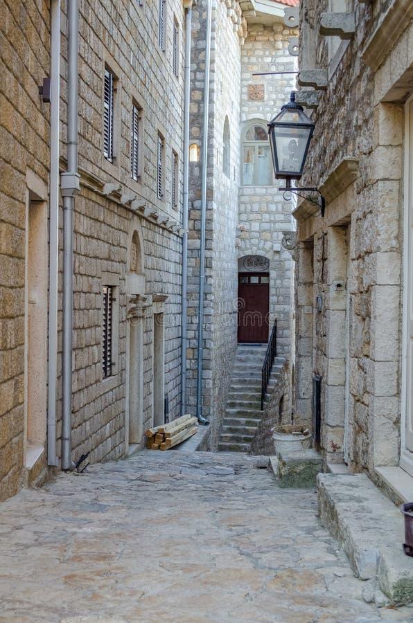 Старая узкая улица в Ulcinj стоковое изображение
