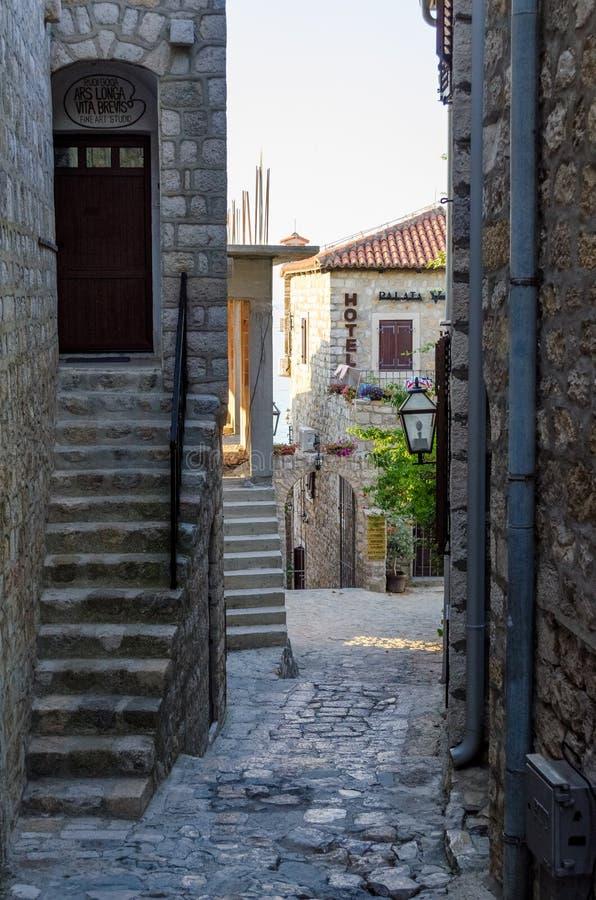 Старая узкая улица в Ulcinj стоковое фото rf