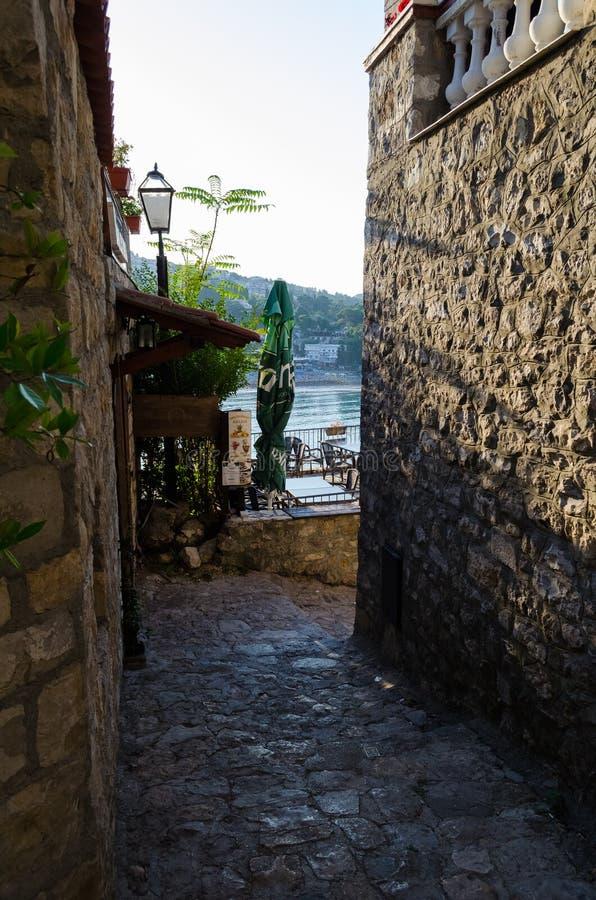 Старая узкая улица в Ulcinj стоковые изображения