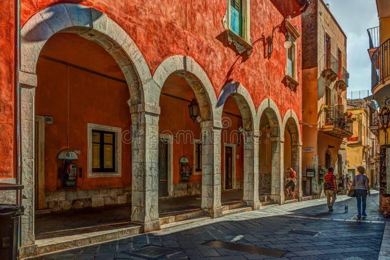 Старая улица в Taormina, Сицилии, Италии стоковые фотографии rf