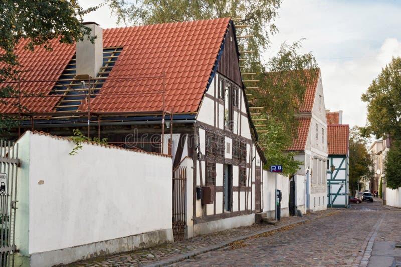 Старая улица с полу-timbered домами в исторической части Klaipeda стоковое изображение