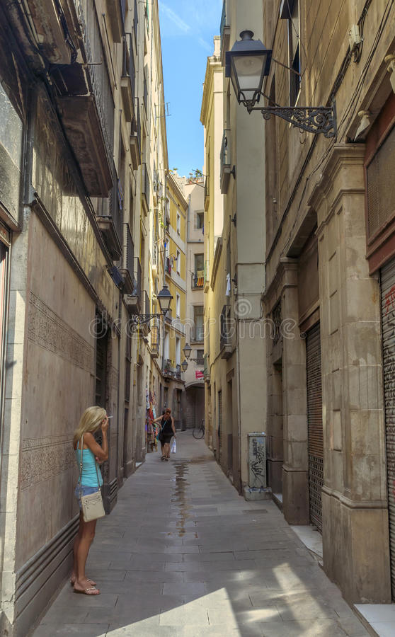 Старая улица в готическом квартале стоковые фотографии rf