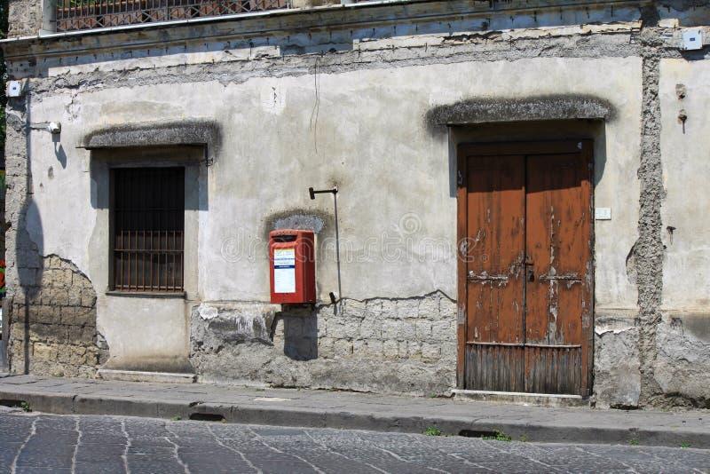 Старая улица в итальянском городке стоковое изображение rf