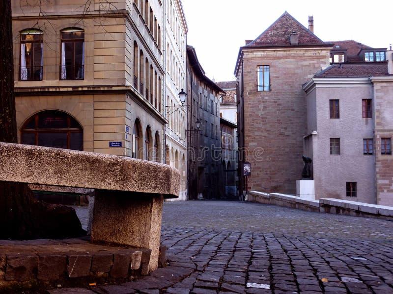 Старая улица города в Женеве, Швейцарии стоковая фотография