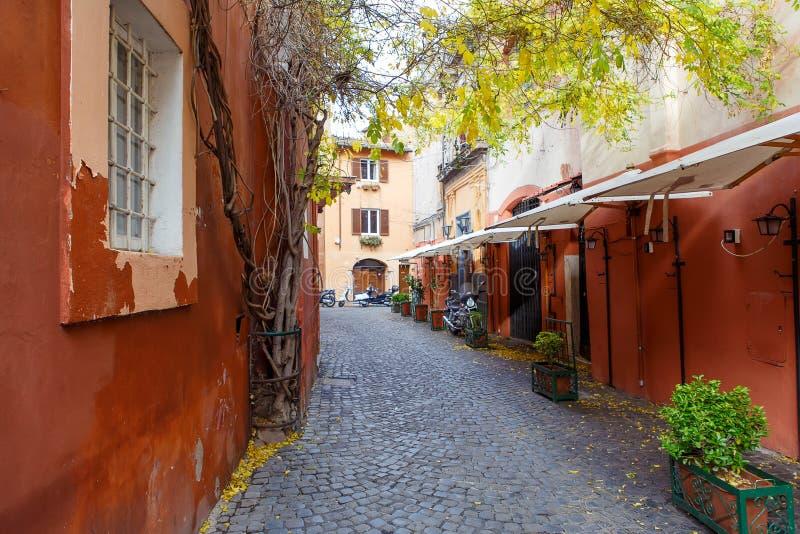 Старая улица города в Риме, Италии стоковые изображения