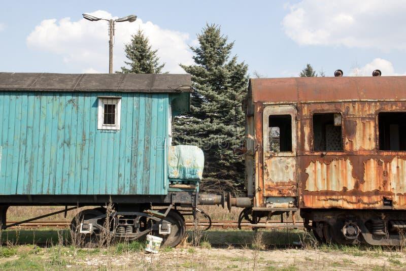 Старая фура 2 локомотив стоит на рельсах на предпосылке голубого неба стоковая фотография