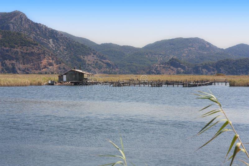 Старая хата около реки на фото сельской местности стоковая фотография rf