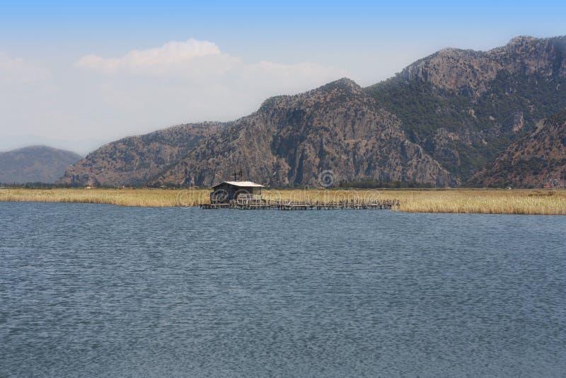 Старая хата около фото сельской местности реки стоковая фотография rf