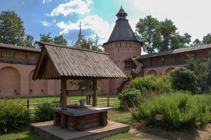 Старая хорошо внутри старого монастыря Россия suzdal стоковая фотография rf