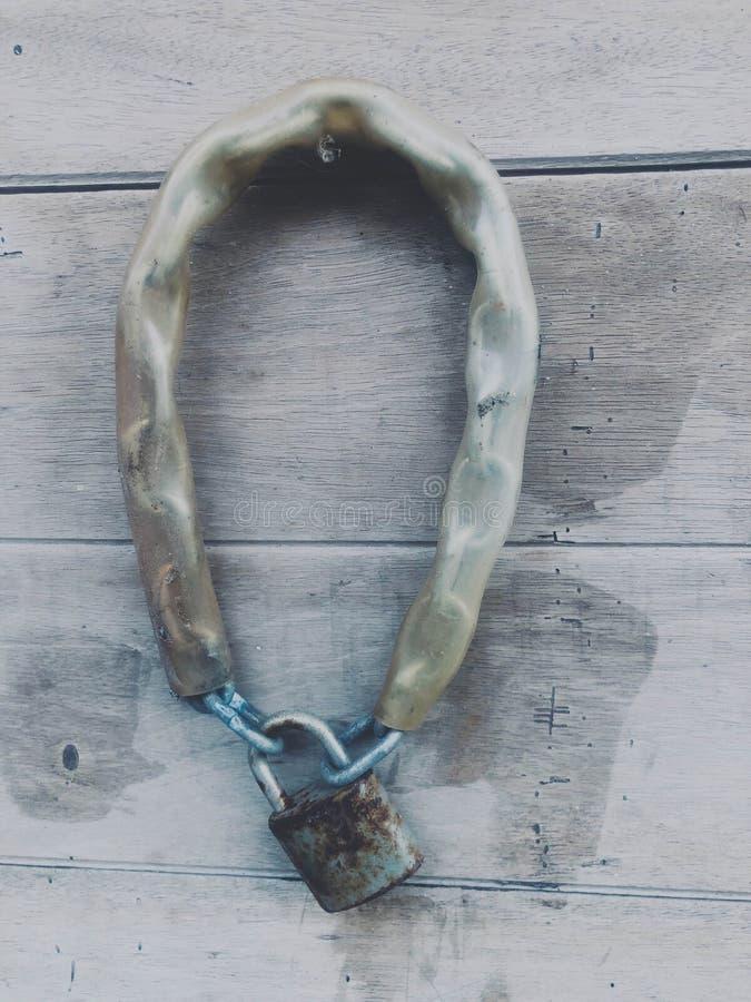 Старая цепь и ключевой замок стоковые изображения