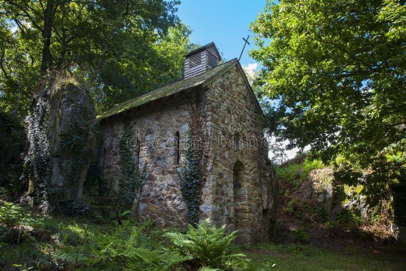 Старая церковь в лесе около Mortain Франции стоковые фото