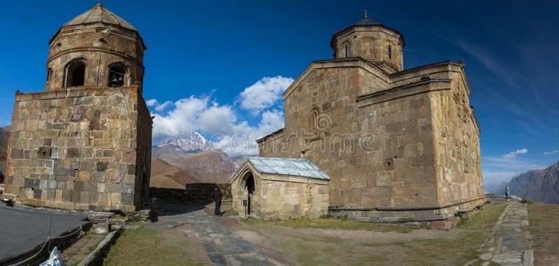 Старая церковь троицы и снег покрыли гору Kazbegi стоковое фото rf