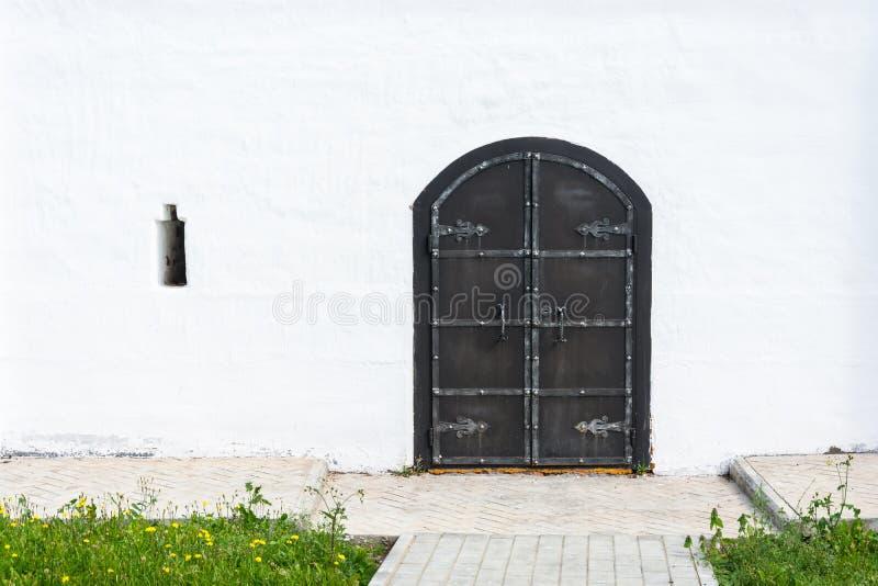 Старая черная дверь металла в церков монастыря стоковое фото rf