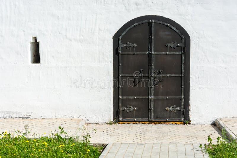 Старая черная дверь металла в церков монастыря стоковые фотографии rf