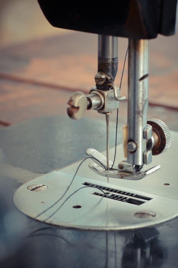 Старая швейная машина стоковые фотографии rf