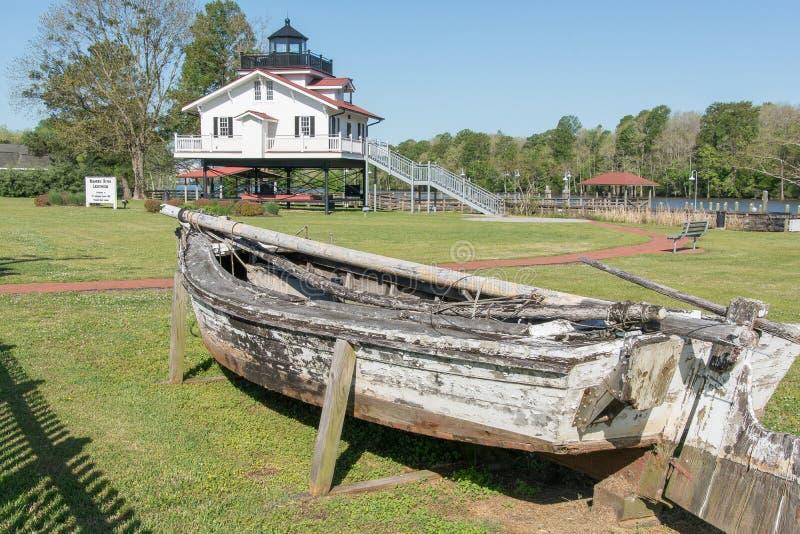 Старая шлюпка и маяк реки Roanoke стоковая фотография
