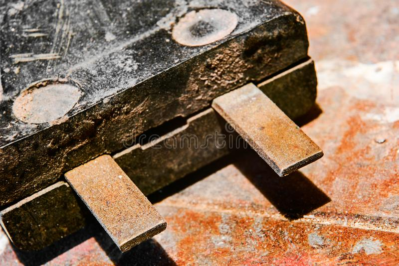 Старая электрическая штепсельная вилка близка стоковое фото rf