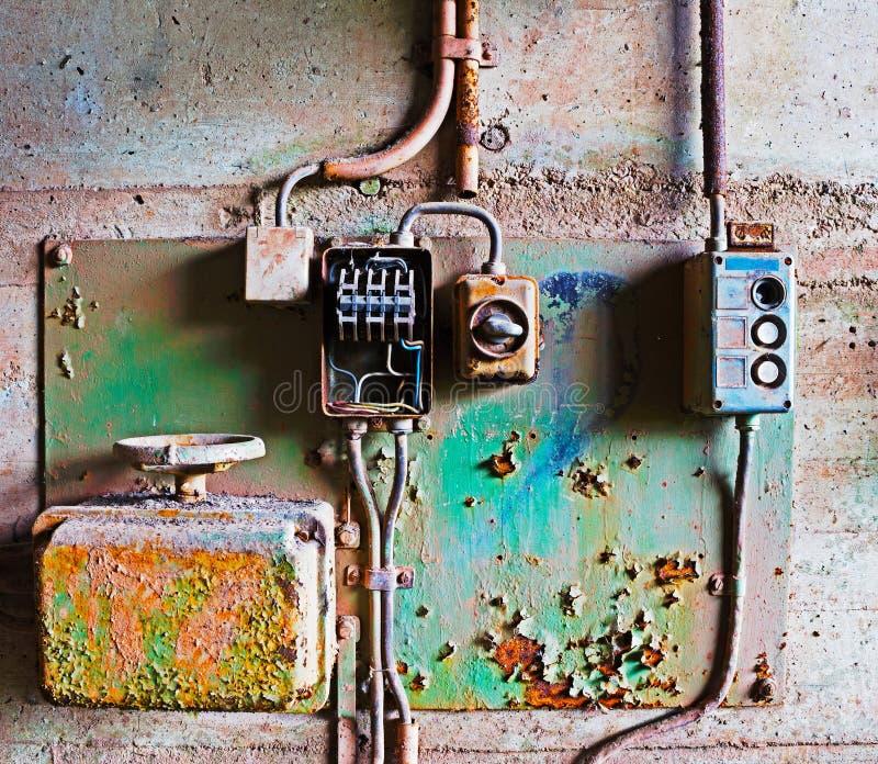 Старая электрическая панель на бетонной стене стоковые фотографии rf