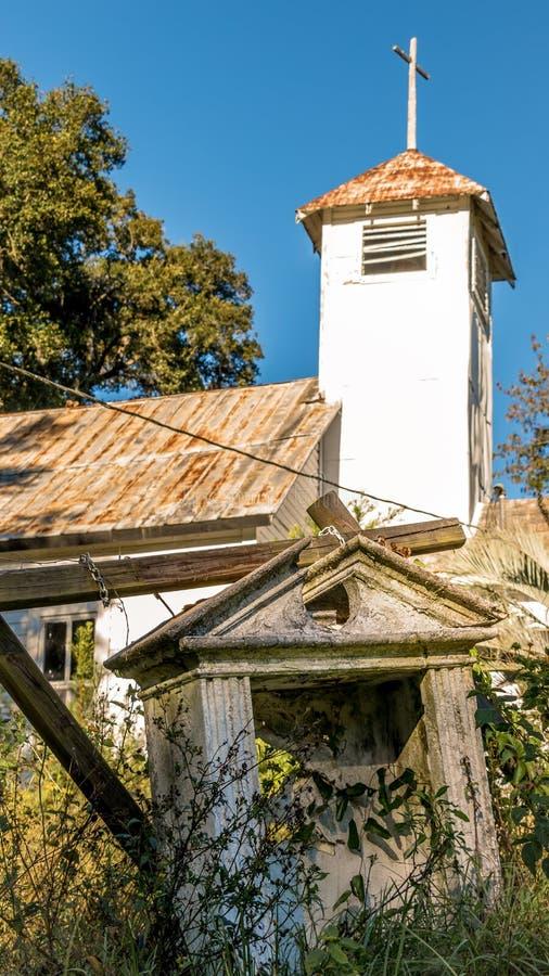 Старая южная получившаяся отказ церковь покинутой к природе стоковое изображение