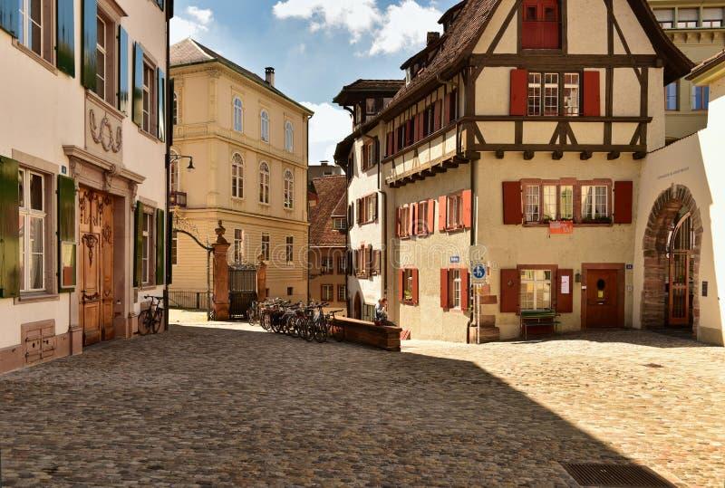 Старая cobblestoned улица в историческом центре Базеля, Швейцарии стоковое изображение rf