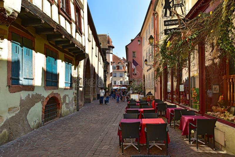 Старая cobblestoned улица в историческом центре Кольмар, Франция стоковая фотография rf