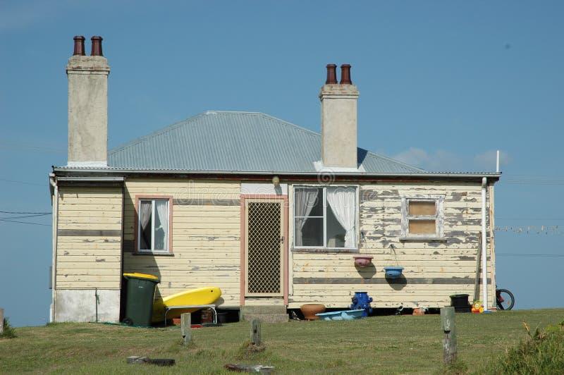Старая weatherboard дом, против голубого неба стоковые фотографии rf