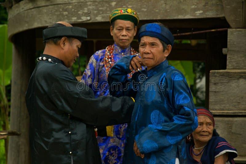 Старейшины нося традиционные одежды во время фестиваля буйвола стоковые изображения