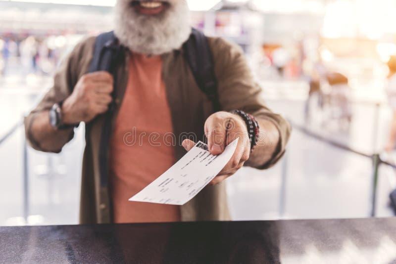 Старика руки удерживания карточка вне стоковые фото