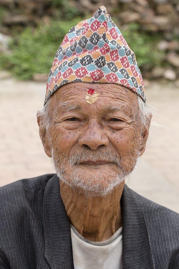 Старики портрета в традиционном платье в улице Катманду, Непале стоковое фото