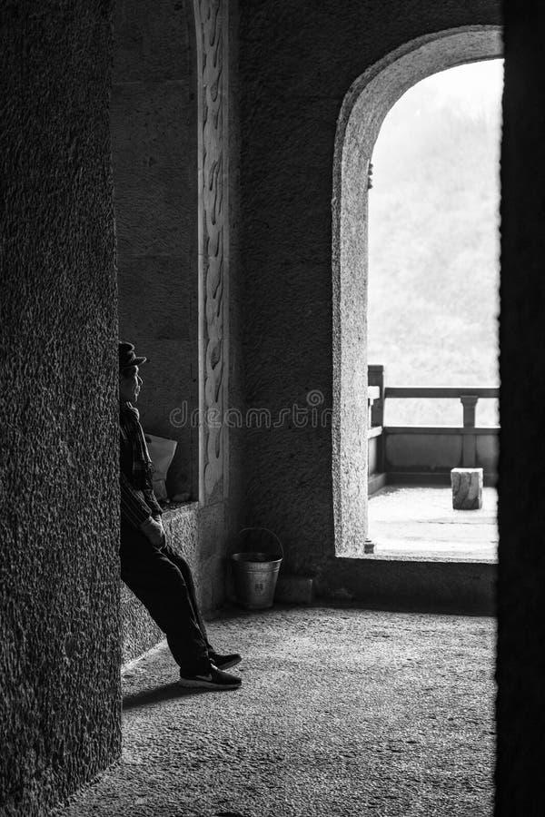 Старик быть предохранителем виска Будды поверх холма стоковое изображение rf