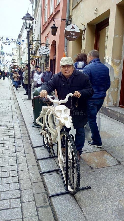 Старик в городке стоковая фотография rf
