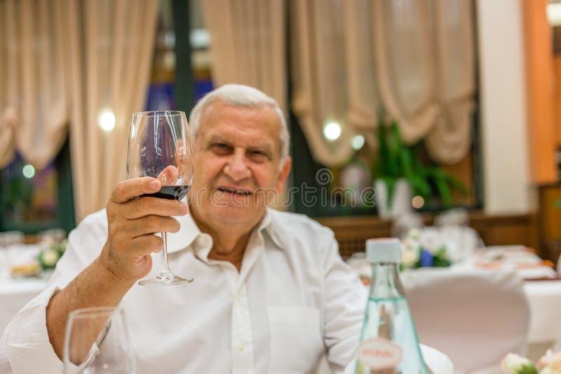 Старик в итальянском ресторане стоковое изображение rf