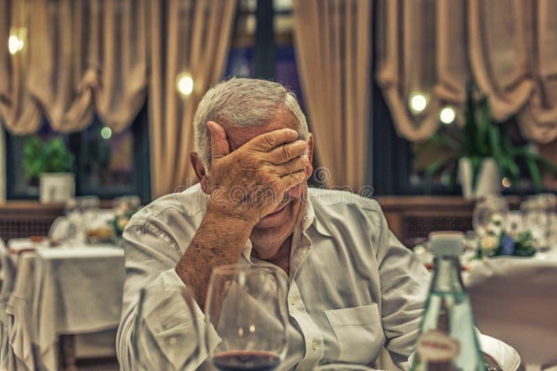 Старик в итальянском ресторане стоковые фотографии rf
