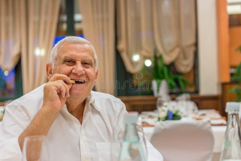 Старик в итальянском ресторане стоковое фото