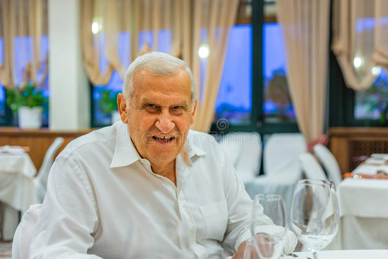 Старик в итальянском ресторане стоковое фото rf