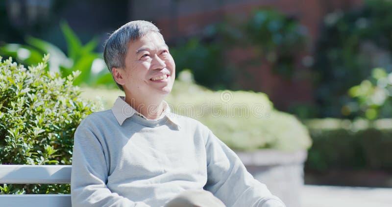Старик думает счастливо стоковые фотографии rf