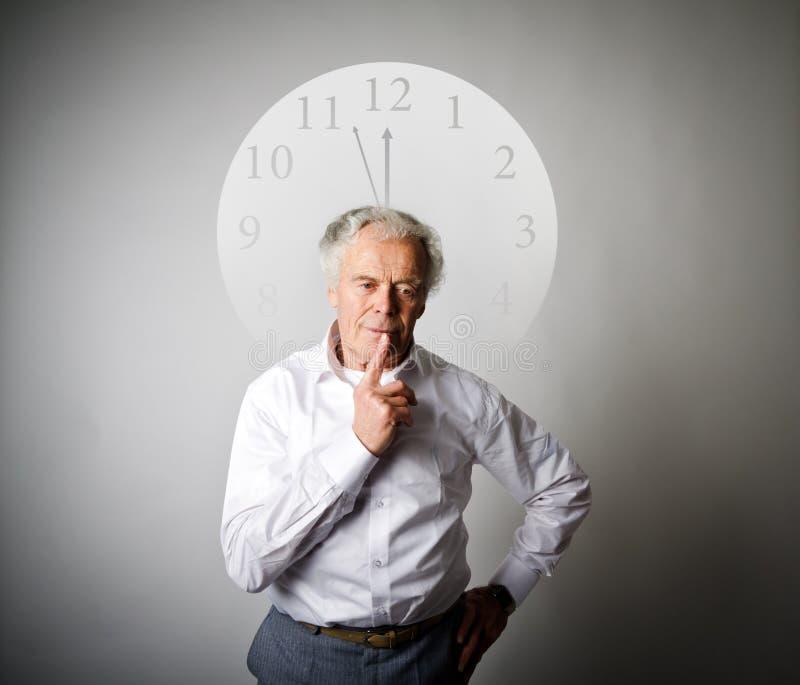 Старик ждет 3 минуты до 12 стоковое изображение