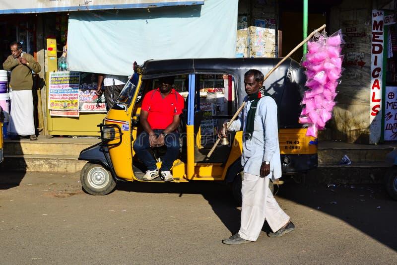 Старик идет улица и продает помадки стоковое фото