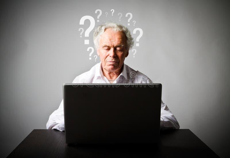 Старик используя компьтер-книжку Забыл концепцию пароля стоковые изображения rf