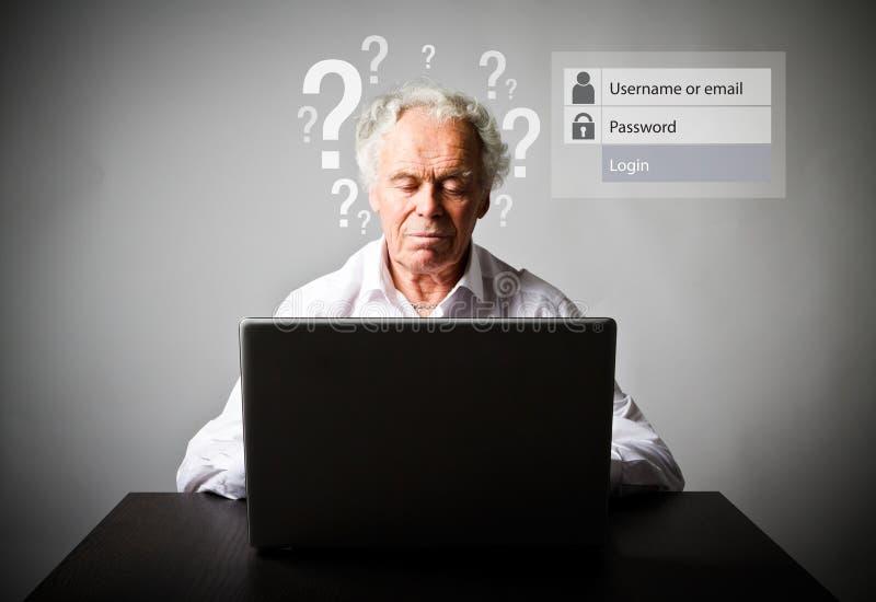 Старик используя компьтер-книжку Забыл концепцию пароля стоковые фото