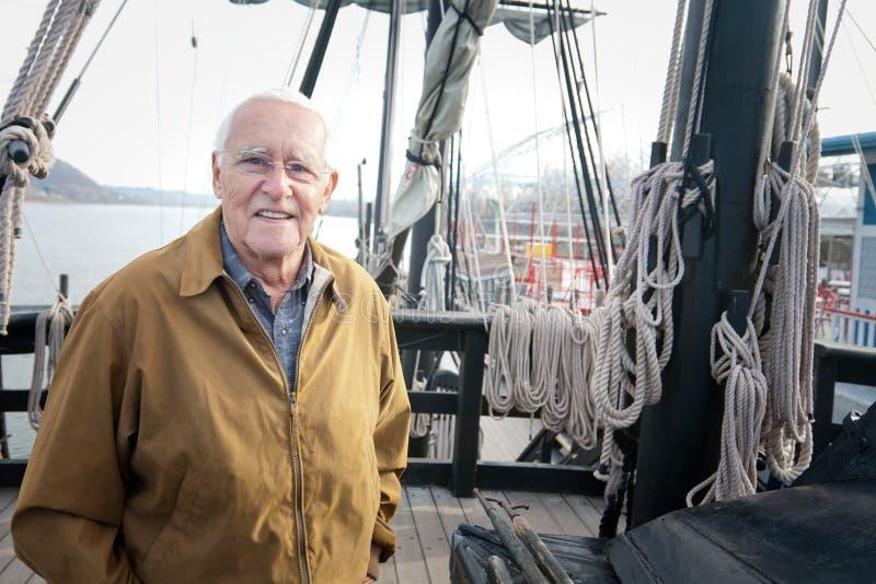 Старик и корабль стоковое фото