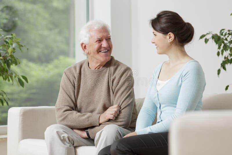 Старик и молодая женщина стоковое изображение rf