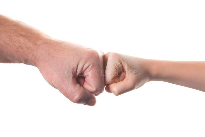Старик и ребенк держа руки совместно стоковая фотография rf