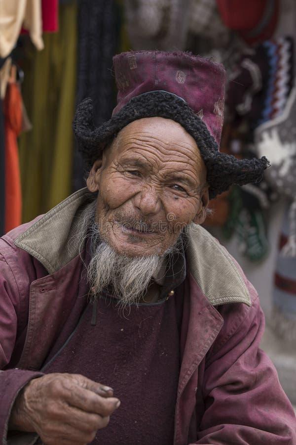 Старик портрета тибетский на улице в Leh, Ladakh Индия стоковое изображение