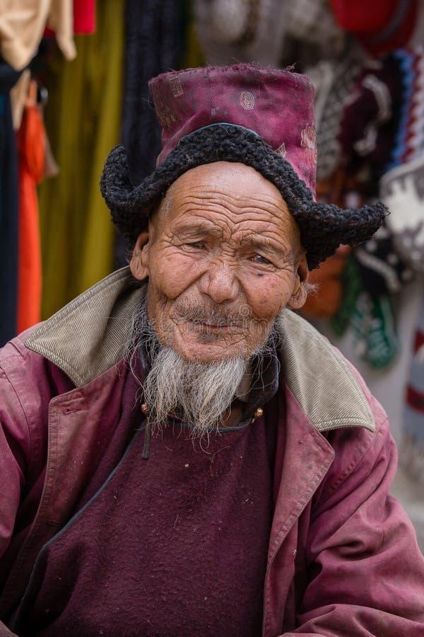 Старик портрета тибетский на улице в Leh, Ladakh Индия стоковые фотографии rf