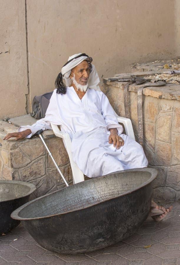 Старик продавая старую медь варя блюда стоковое фото