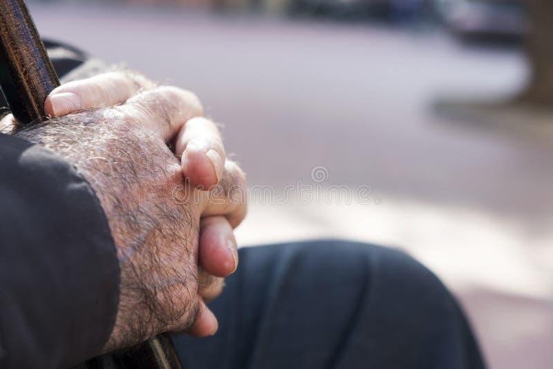 Старик с идя ручкой стоковые фотографии rf